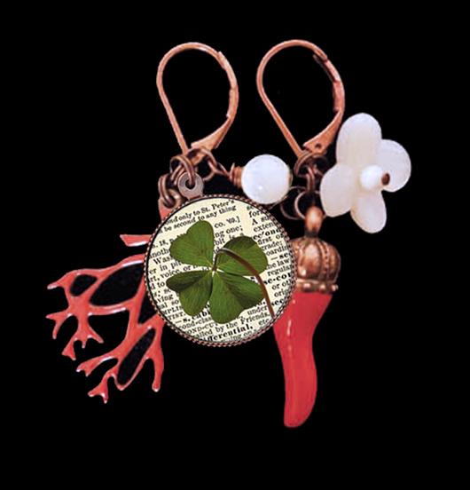 orecchini in porcellana con porcellana quadrifoglio, corallo smaltato rosso e cornetto benaugurante rosso