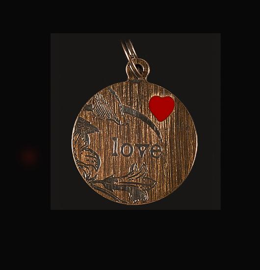Ciondolo con la scritta Love incisa su rame per personalizzare una collana e un bracciale. Regalo d'amore per la mamma, l'amica, l'amante, la moglie, la sorella.