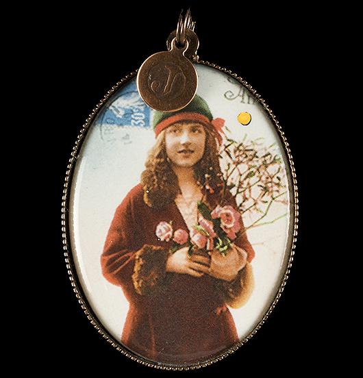 Medaglione in porcellana con immagine vintage di una bambina in rosso, regalo per natale, per augurare buon natale in una magica atmosfera, regalo per la mamma, per la nonna, per amica, per personalizzare una collana