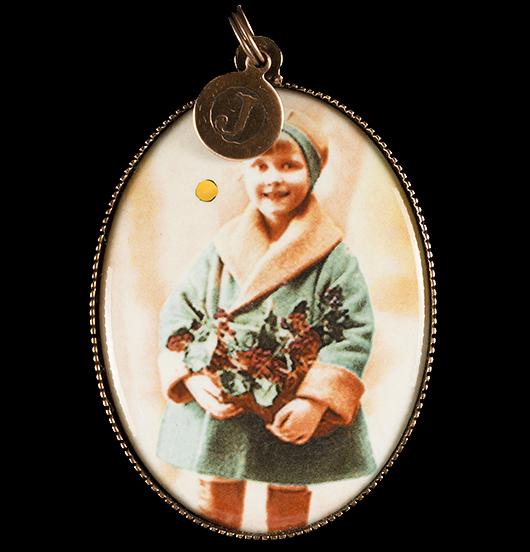 Medaglione in porcellana con immagine vintage di una bambina in verde, regalo per natale, regalo per la mamma, per amica, per creare una collana da usare per le feste di natale