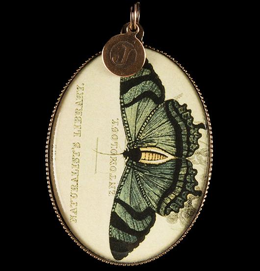 medaglione in porcellana con farfalla verde, regalo per festa della mamma, per maestra, per amica, per gli amanti della natura, da mettere su una catena