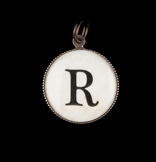 Ciondolo in porcellana con lettera R. Per realizzare collane e bracciali con iniziale dell'alfabeto e personalizzare gioielli. Regalo per compleanno, laurea, diploma, mamma, zia, nonna.