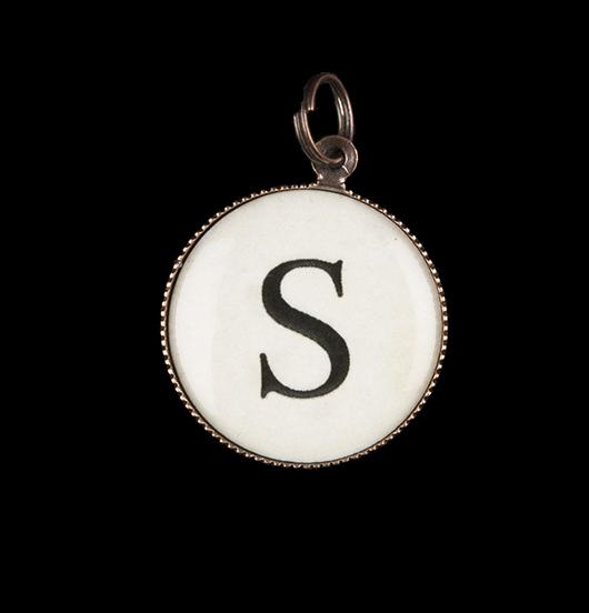 Gioiello personalizzato con ciondolo rappresentante la lettera S. Regalo con l'iniziale dell'alfabeto per amica, mamma, figlia.