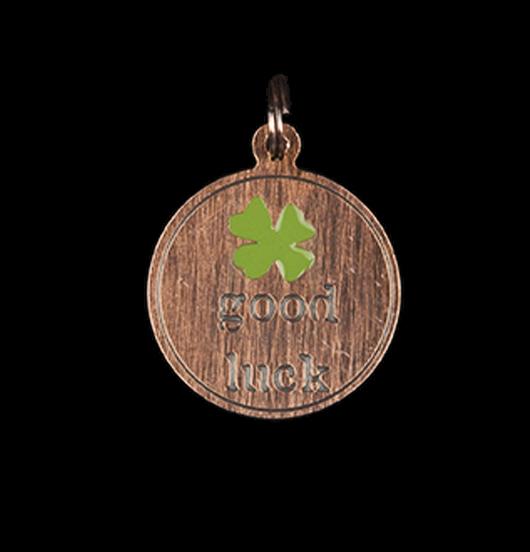 Ciondolo portafortuna  con quadrifoglio e scritta incisa,good luck, in rame smaltato verde. Regalo ben augurante per tutti.
