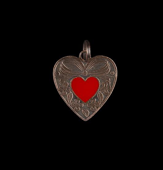 Ciondolo cuore gentile in rame con piccolo cuoricino rosso smaltato. Collana personalizzata da regalare alla Mamma, per San Valentino, per un anniversario.